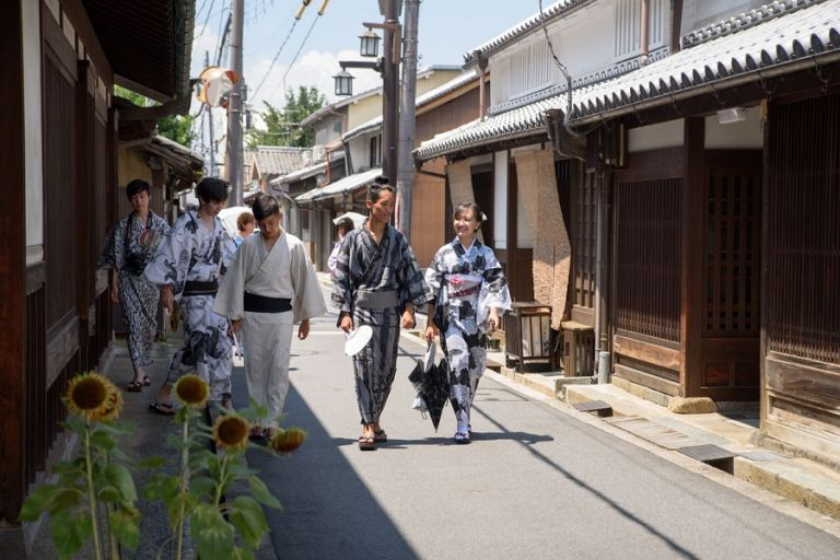yukata and kimono difference between a yukata and kimono people wearing yukata summer robes japanese people walking in yukata versus kimono