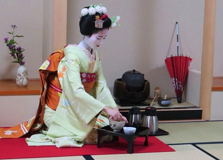 green tea ceremony traditional japanese culture cultural experiences maiko geisha tea ceremony with geisha maiko in kimono geisha in kimono furisode kimono